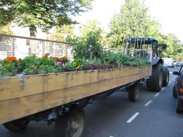 Foodprint met tractor en mobiele tuin van den haag naar for Mobiele woning in de tuin